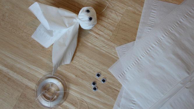 Zubehör für das kleine Gespenst: Taschen- oder Kosmetiktücher, transparente Schnur und Wackelaugen