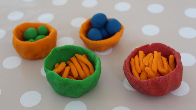 Schälchen mit diversem Gemüse aus selbstgemachter Knete
