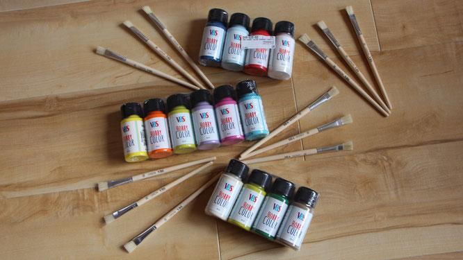 Acrylfarben und Pinsel von VBS Hobby
