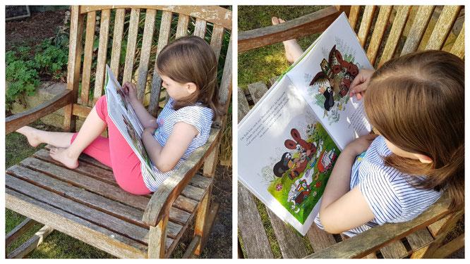 Unsere Kleine liest in den Büchern vom Maulwurf