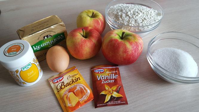 Zutaten für einen Apfel-Streusel-Kuchen: Äpfel, Butter, Mehl, Zucker, Vanillezucker, Backpulver, Zimt, Ei