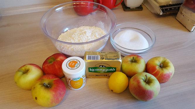 Zutaten für Apfel-Crumble: Mehl, Zucker, Butter, Zimt, Äpfel, Zitrone