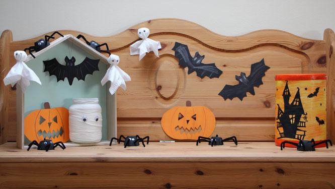 Unsere Halloween-Bank mit selbst gebastelten Fledermäusen, Spinnen, Gespenstern und Laternen