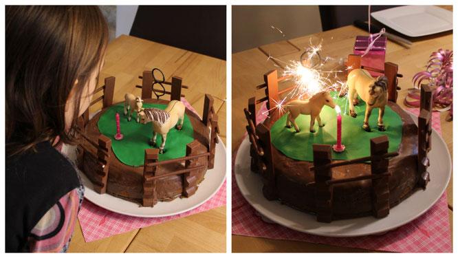 Die Kerzen auf dem Geburtstagskuchen werden ausgepustet