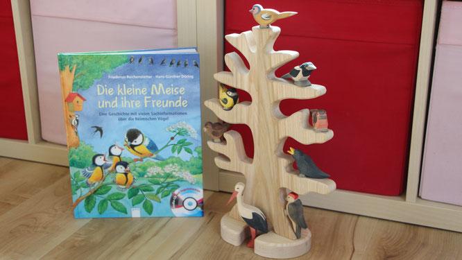 """Das Buch """"Die kleine Meise und ihre Freunde"""" neben unserem Voglbaum von Ostheimer"""