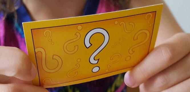 Eine Karte mit Fragezeichen (Ereigniskarte aus Monopoly)