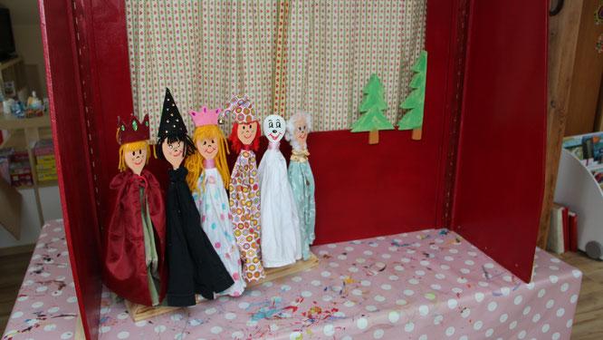unsere selbstgebastelten Handpuppen: König, Zauberer, Prinzessin, Kasper, Gespenst und Oma
