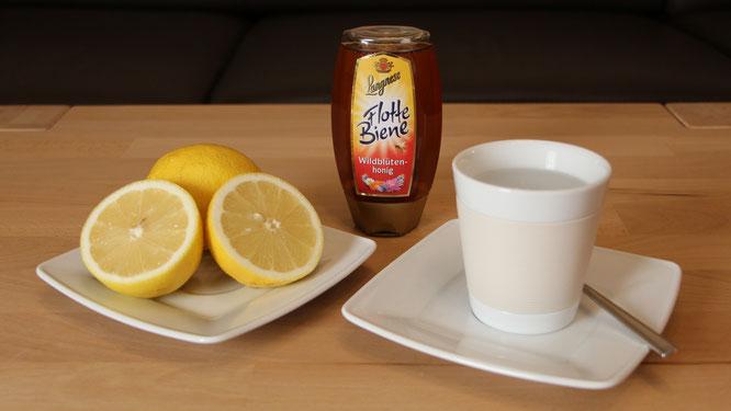 Zitrone, Honig und Wasser für eine heiße Zitrone bei Erkältung