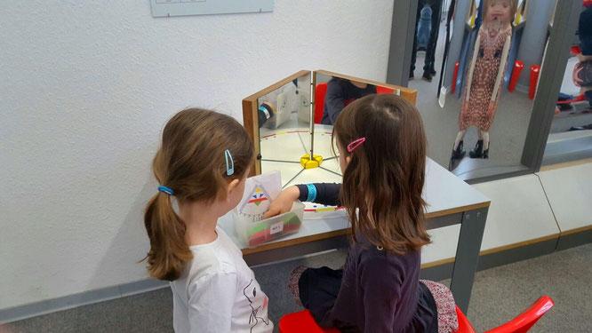 EXPERIMINTA - Unsere Mädels vor einem der Puzzle im Bereich Optik