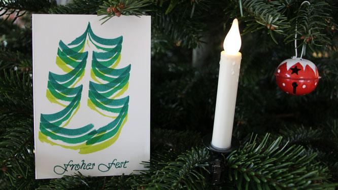 Eine selbstgebastelte Weihnachtsgrußkarte wartet darauf, versandt zu werden