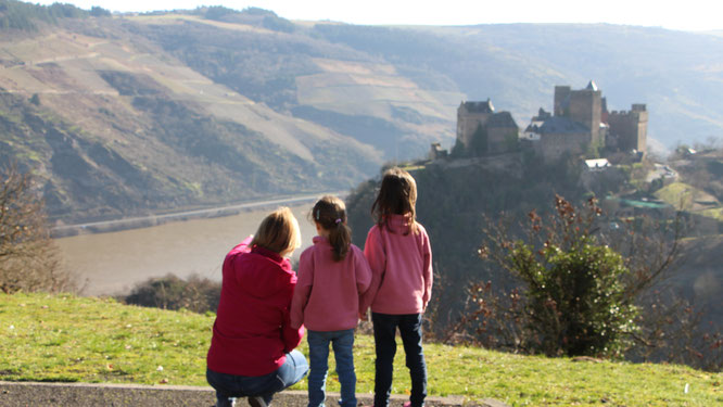 Hof Hardthöhe - Die Mädels und ich blicken auf den Rhein und die Schönburg