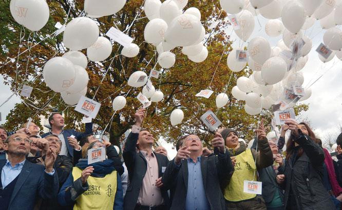 200 Luftballons mit Protestkarten sendete der DJV-Verbandstag an die türkische Botschaft in Berlin. Foto: Hartmut Suckow