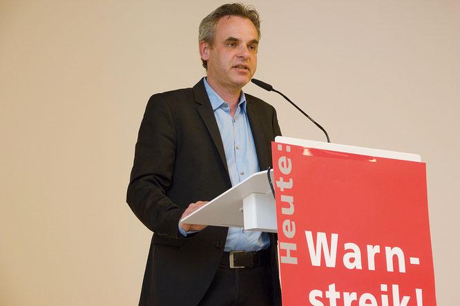 Frank überall spricht zu den in Stuttgart versammelten Zeitungskollegen. Fotos: Dagmar Lange