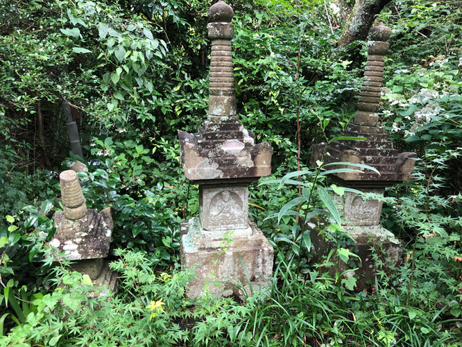 西行の妻娘の墓/後日 この塔は宝篋印塔であるとしりました。(下段に記事)