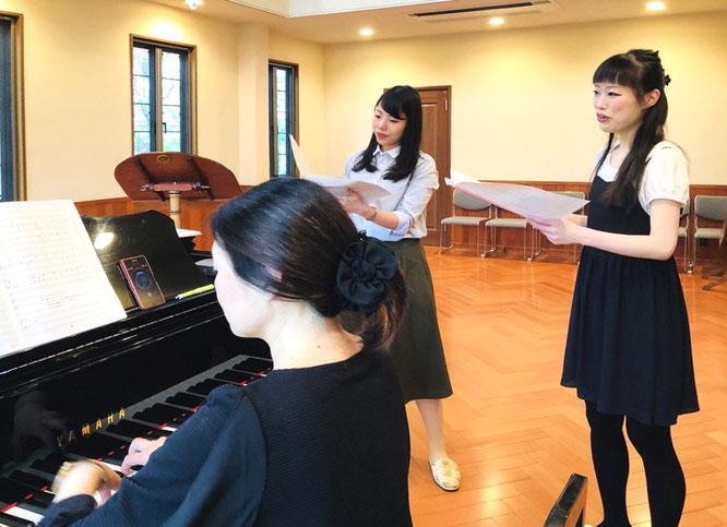 手前左から 塙坂仁美さん(pf)、鈴木 萌さん・南出舞美さん。十鳥横笛が撮影。