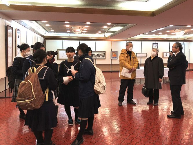 右から平木 橋本 市長、辻本ご夫妻(奥様は箏、ご主人は尺八奏者)、そして橋本高校の邦楽部(箏)の皆さん。