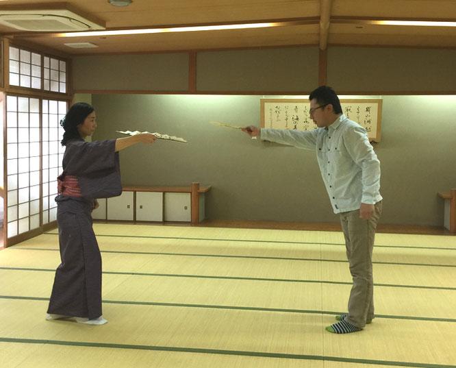 般若・小面役の一 花蓮さんに所作の練習を付ける大和座狂言会事務所の安藤 元さん。