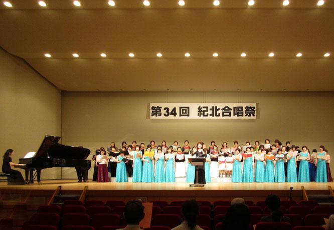 プログラムのラストは合同合唱「糸」を熱唱。指揮/福本陽子、ピアノ/綿田真弓。