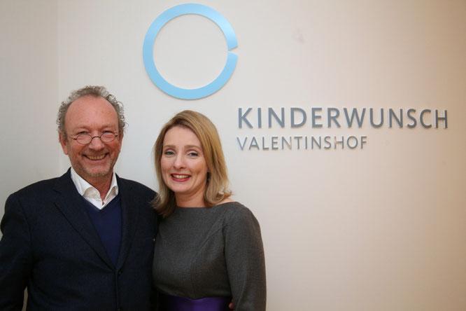 Dr. Anja Dawson mit Claus Koch, Designer des Praxis-Logos