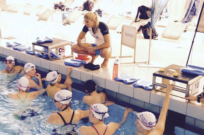 Alex Wenk coacht die Teilnehmerinnen beim Training in der Alsterschwimmhalle