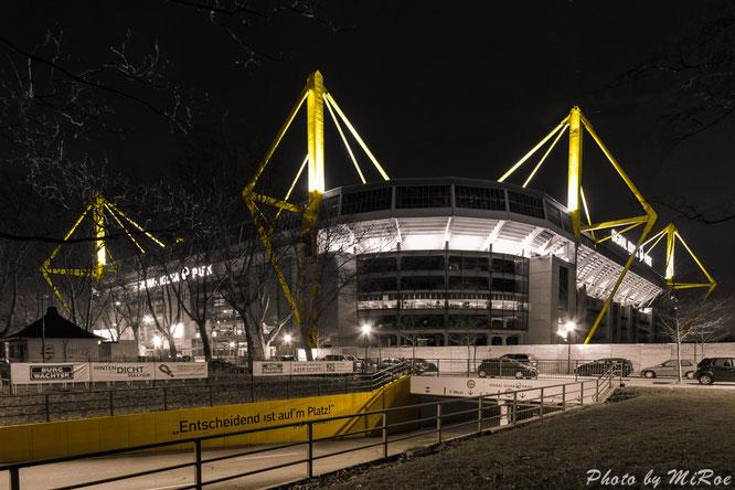 Entscheidend ist auf´m Platz, Bild, Foto, Dortmund, Westfalenstadion, Signal Iduna Park, Borussia Dortmund, bei Nacht, by Night, BvB, Stadion, Fussball, Bundesliga, vorne, total, Borussia, Stadium, Football, greatest, best