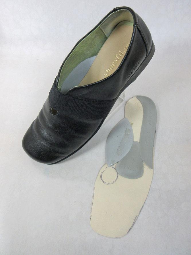 左:靴に入れたインソールです。 右:インソールはこんな風です。(裏面)