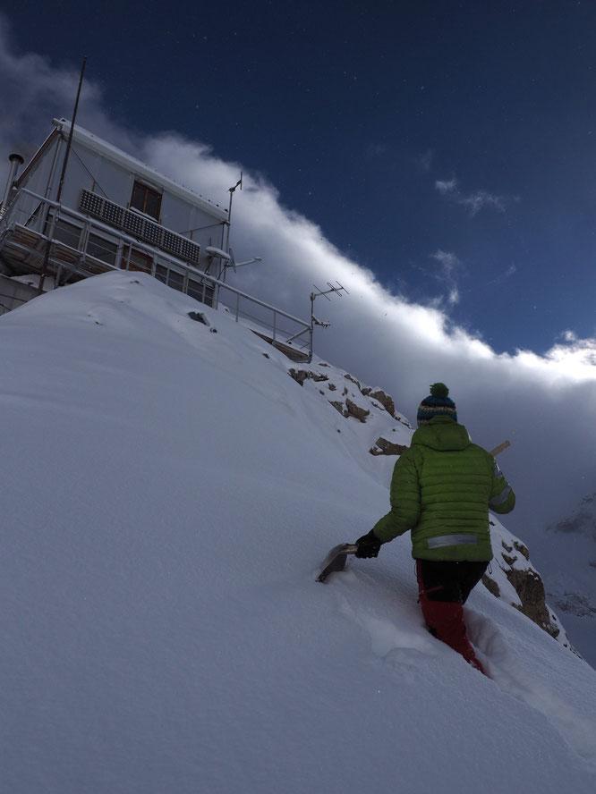 Ce matin, probablement autour des 9h, ils vont arriver tout là haut, pour l'ouverture de la saison de ski de rando, à 3100m, au pied de la Meije. Bon courage à Sandrine la nouvelle gardienen du refuge du promontoire ! (Photo, un autre printemps...)