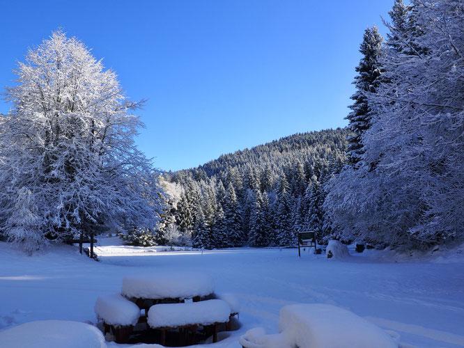 A 30 minutes de la vallée et des grandes villes, on est déjà dans un autre monde. Le lac de Freydières, gelé. Ambiance depuis la terrasse de la Gélinotte.