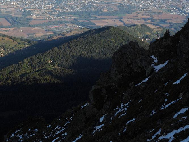 Vu depuis la montée au Grand Colon, dans la forêt le petit hameau de Freydières et juste à la limite de l'ombre, la Gélinotte.