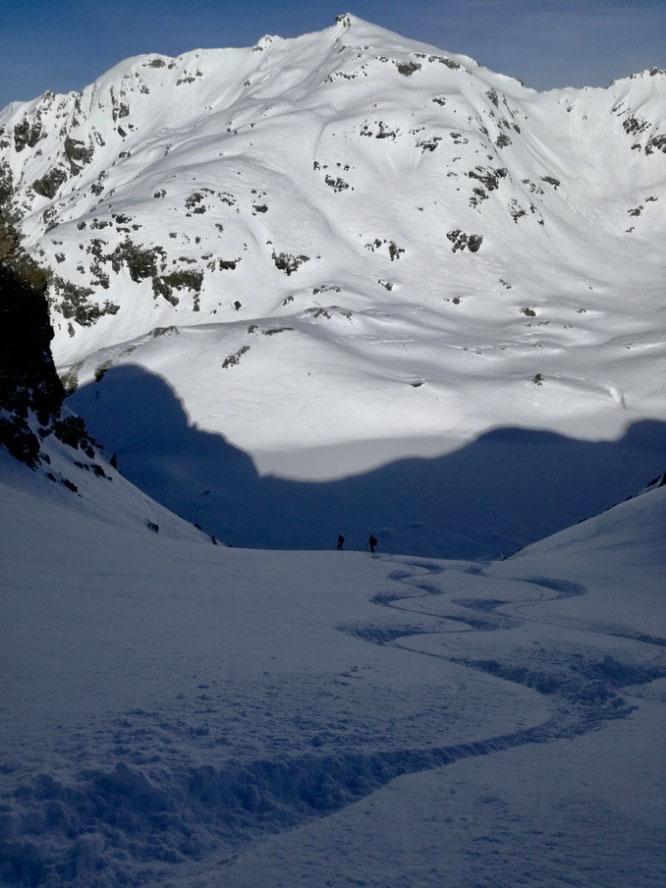 Hier : la Grande Lance de Domène (2800m) vue depuis le couloir Nord de la Grande Lauzière au départ de Freydières. Du grand ski (photo Jéroen, merci à toi)