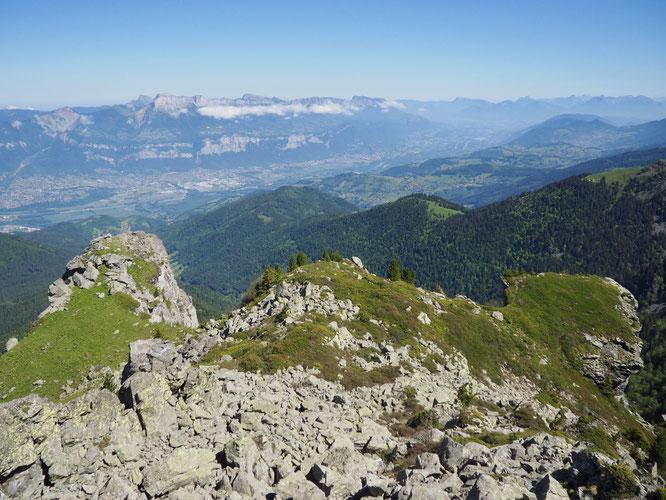 La vallée vue du haut, entre forêt, verdure et grand air. Ici sur le rocher de la Crête Mottin en montant vers le Grand Colon à 2400m. Un bel itinéraire sauvage et aérien... (attention non balisé).
