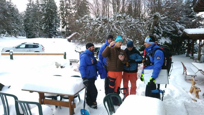 L'hiver dernier, nous avions déjà accueilli le stage des secouristes et médecins de montagne. Nous les recevons de nouveau demain et après demain à la Gélinotte (mais malheureusement sans neige).