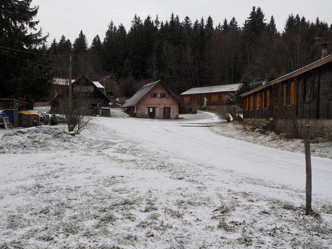 """Notre hameau de Freydières (1150m) au lever du jour. Trois petits flocons cette nuit et ce pourrait bien être la seule """"chute de neige"""" du mois de janvier 2020."""