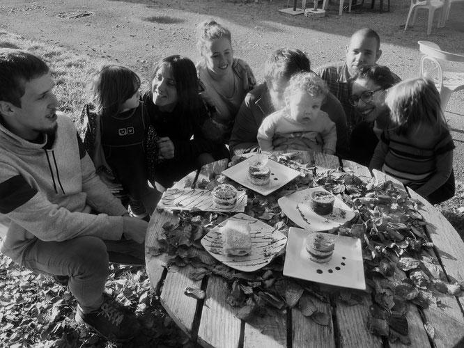 Une bonne partie de l'équipe de la Gélinotte autour des patisseries faites maison (bien sûr dans la période d'avant... où nous pouvions être les uns avec les autres)