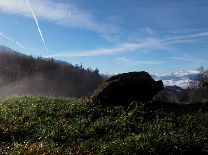 Ce matin, vers 10h, le Vercors enneigé, au dessus de la vallée grenobloise, depuis la route de Freydières (et son sanglier sculpté !).