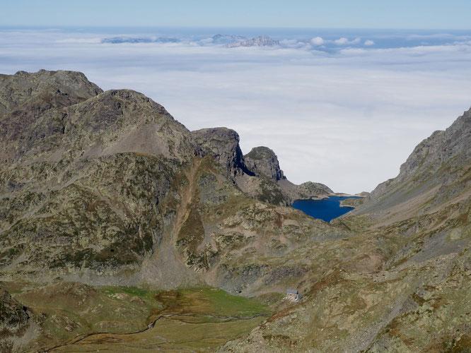 """En """"mer"""" la bas ce sont les îles de la Chartreuse... Au premier plan le refuge de la pra (2110m) et le Lac du Crozet (vu depuis la crête sommitale de la Grande Lauzière). En Belledonne."""