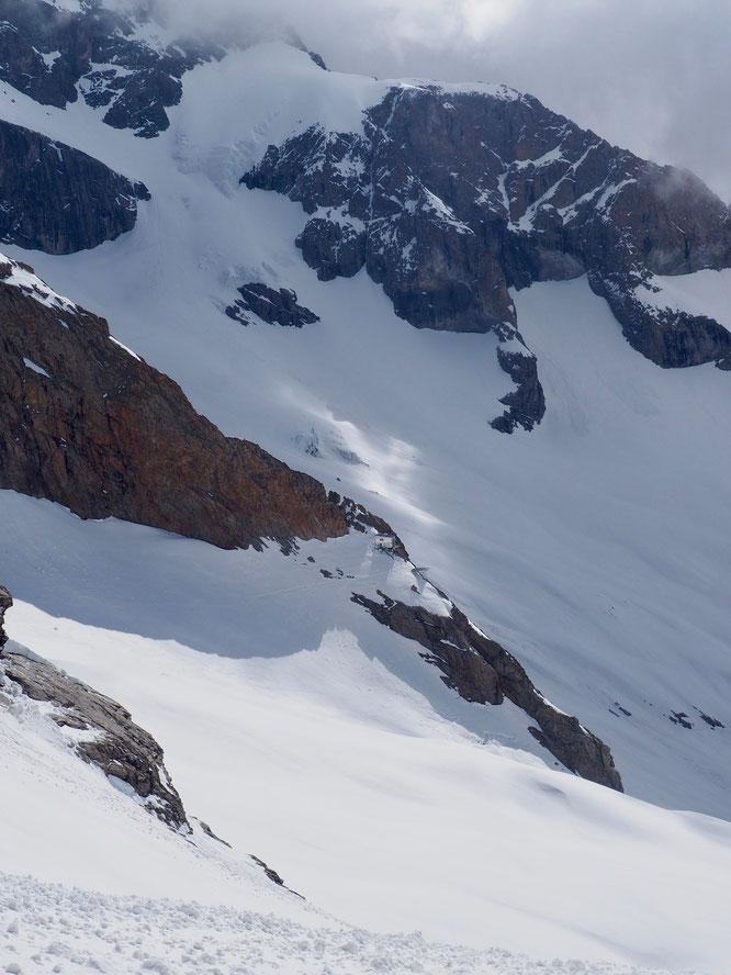 """Au pied de la Meije, le col du pavè (à 3550m) et sur son promontoire perché juste au soleil, """"notre ex-refuge""""... (Photo du printemps dernier lors d'une de nos petites sorties à ski sur les pentes Est du Rateau)."""
