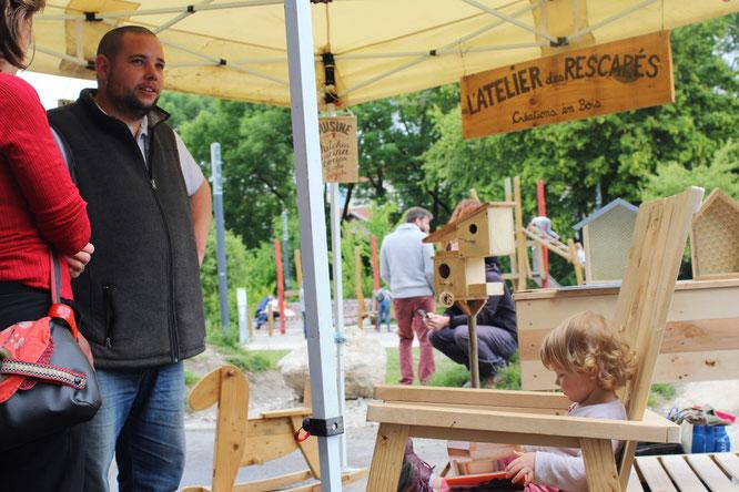 Thibo et son atelier des Rescapés. Ici au festival Zéro Déchet à Grenoble. Vous pouvez venir voir certaines de ses réalisations à la Gélinotte.
