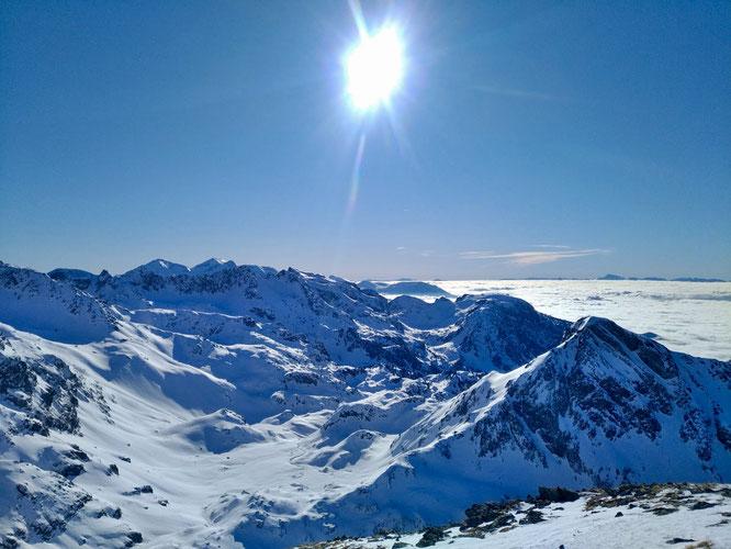"""Samedi, Belledonne et la petite """"plaine"""" de la Pra (à 2100m) vu depuis l'antécime de la Grande Lance de Domène. Merci Magali pour la photo."""