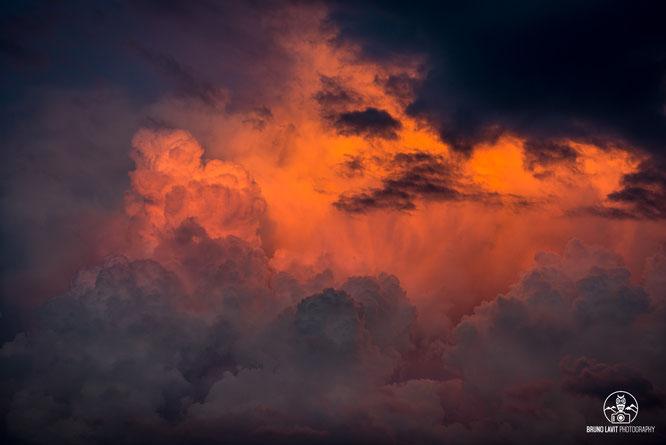 Plusieurs soirées de la semaine ont vu pousser de très gros champignons au-dessus de Belledonne (avec une seule forte averse orageuse à Freydières). Des couleurs et des volumes de toute beauté ! Merci Bruno Lavit.