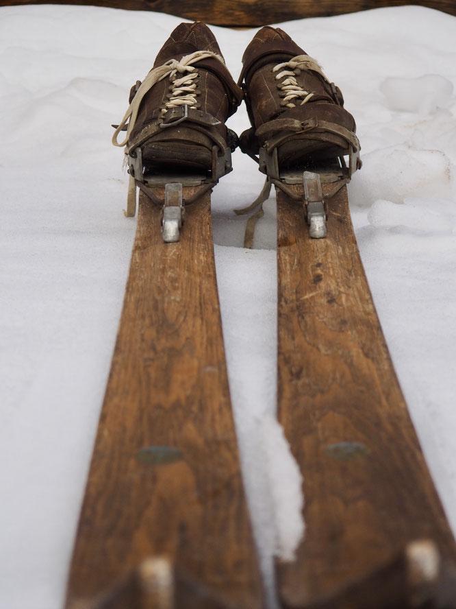 """Les skis de la Gélinotte ne sont pas encore sortis en montagne cette année... mais peut-être ça ve venir ? (Ces beaux skis ont vu des mètres et des mètres de neige en moyenne montagne,  maintenant ils resteront probablement... au """"musée"""" de Freydières...)"""