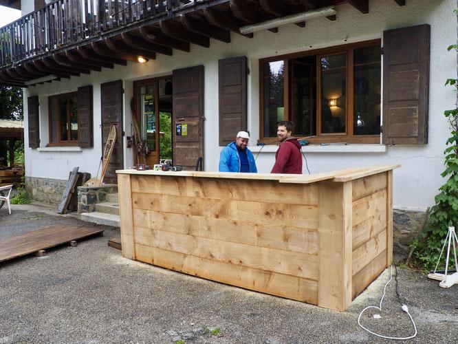 A la Gélinotte on se prépare pour le beau temps estival avec un tout nouveau bar extérieur... En attendant nous ouvrons dès aujourd'hui en intérieur ! Bienvenue. Un grand merci à Tibo et Kolia pour le beau boulot !
