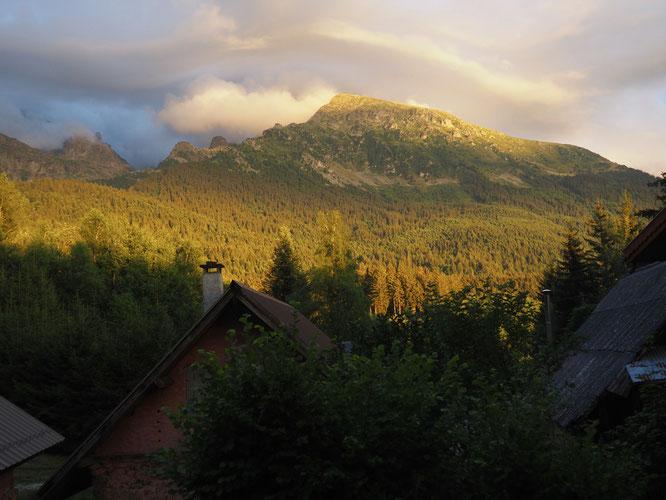La vue hier soir  depuis notre Gîte d'étape de Freydières. Après une journée bien humide, les derniers rayons de soleil, derniers nuages illuminent la forêt et le sommet du Grand Colon (2400m).