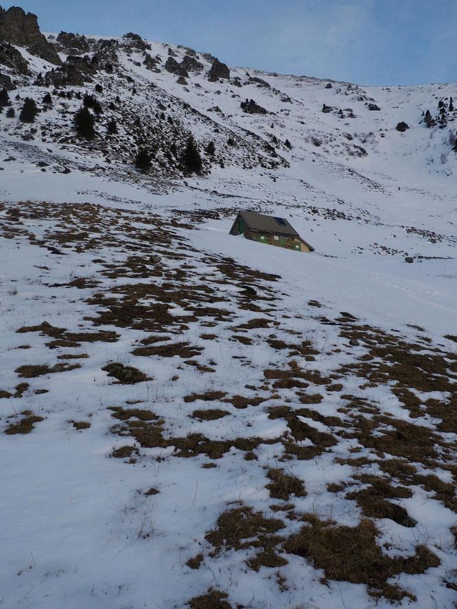 """Les médias parlent ces jours-ci des chutes de neige en montagne. Par ici il y en a eu... mais très vite il a plu par dessus. Je suis monté voir hier soir au-dessus de la cabane de Colon (versant ouest). Entre 1750 et 2000m c'est encore """"un peu"""" juste !"""