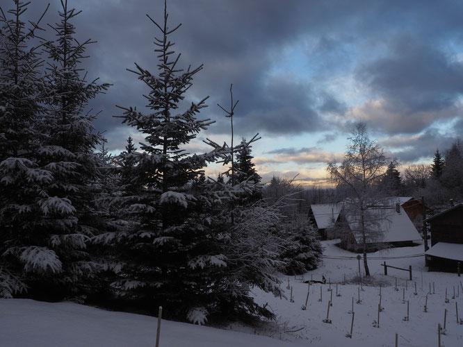 """Ce matin, petite neige et petit soleil sur le Vercors. Vu depuis le hameau de Freydières. """"Que la montagne est belle"""" !"""