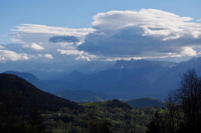 Depuis Freydières, la vue sur les vallées et en face le Vercors.