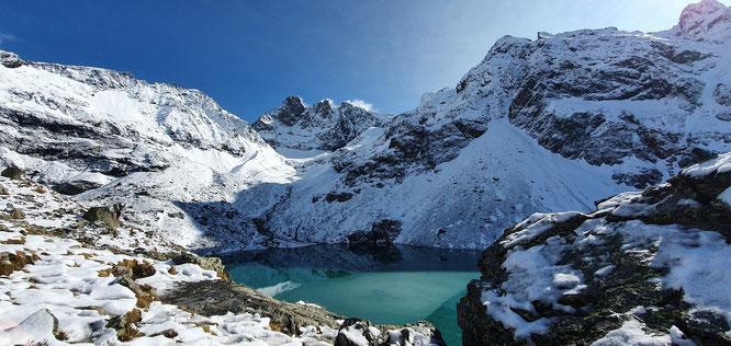 Au pied du Grand Pic de Belledonne, le Lac Blanc. Photo de samedi 24 octobre. Merci Aymeric Basquin !