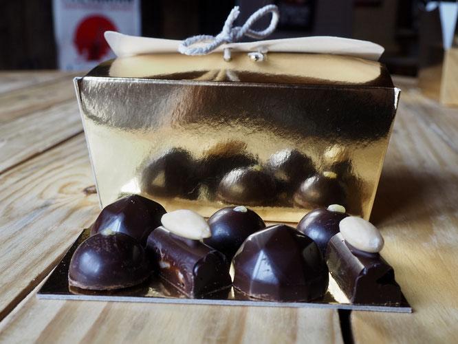 Là haut à Freydières, Tim fait des chocolats (bien sûr, maison). Et ils sont bons, unaniment très appréciés. En vente à la Gélinotte !