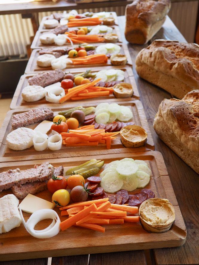 Nos planches apéro des petits producteurs de Belledonne. Elles vous attendent à tout moment à la Gélinotte. Merci à Vavou, notre jeune voisine de Freydières, qui nous les prépare aux petits oignons !