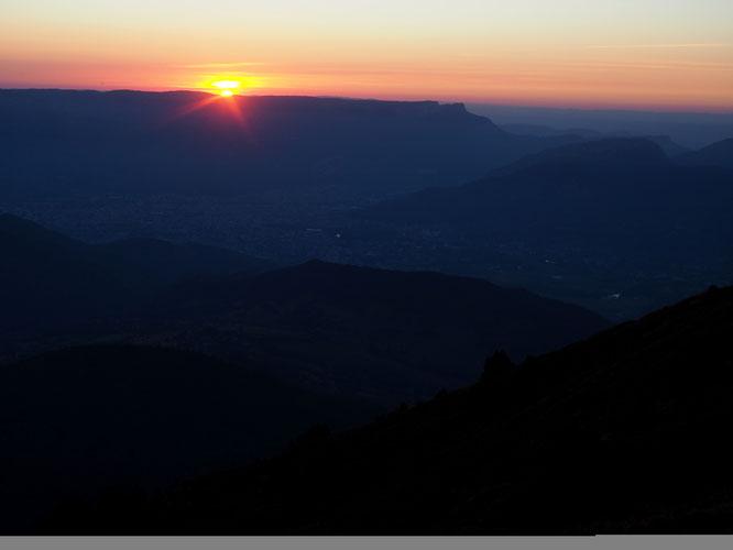 Ici, vers 2200m sur le versant Ouest du Grand Colon, j'ai encore le dernier rayon de soleil... En bas, peut-être à l'apéro ils doivent aussi se régaler en regardant Belledonne rougir..  (photo Frédi)